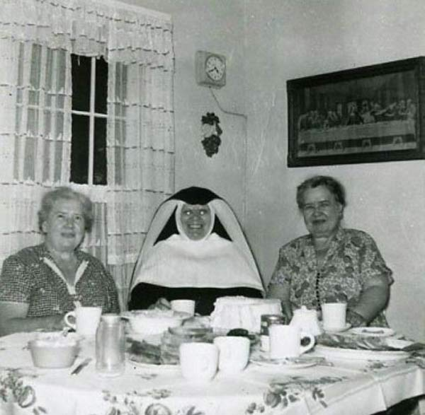 wpid-creepy-real-photo-nun-glowing-eyes.jpg